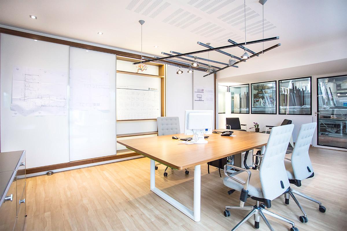 raum und form Referenzprojekt Henke Fensterbau mit Vitra Tyde höhenverstellbaren Schreibtisch